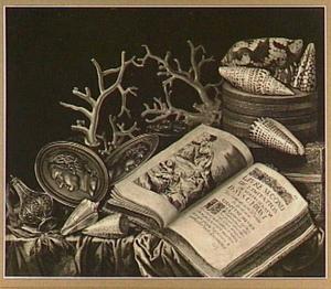 Stilleven met boek, penningen, schelpen en koraal