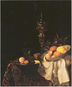 Stilleven met akeleibeker, roemer en schaal met vruchten op een oosters tapijt