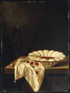 Stilleven met een Delfts-witte plooischotel en een wijnglas à la façon de Venise