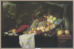 Stilleven met glaswerk, kreeft en vruchten op een porseleinen schotel