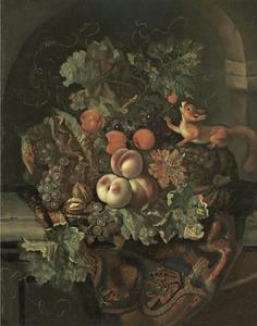 Stilleven van vruchten op een balustrade voor een nis met een eekhoorn