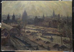 Zicht op het Centraal Station van Amsterdam en het Damrak