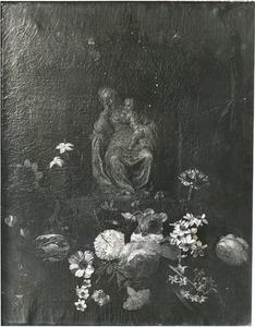 Nis versierd met bloemguirlandes met een standbeeld van de Maagd Maria en het Christuskind