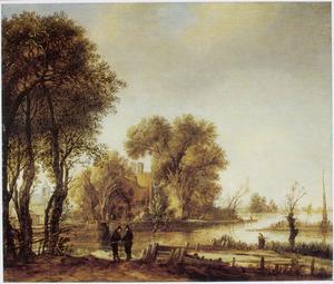 Rivierlandschap met twee pratende mannen op een pad; op de achtergrond een boerderij