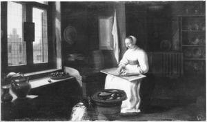 Een vrouw maakt vis schoon in een keuken