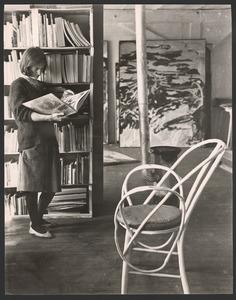 Dora Tuynman in haar atelier in de rue Santeuil (boven Corneille), Parijs 1961-1962