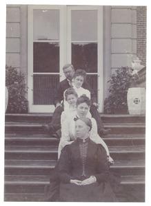 Groepsportret met Anne Gerard Wolter baron Bentinck (1874-1937)