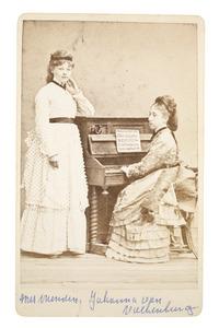 Portret van Woudica Johanna Maria Gülcher (1854-1881) en Johanna van Valkenburg