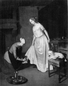 Jonge vrouw wiens rechtervoet wordt gewassen door een dienstmeid