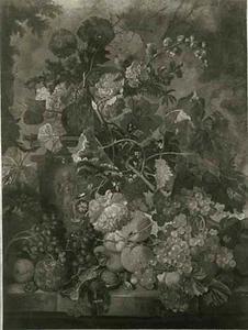 Vruchten en bloemen en een urn op een marmeren balustrade voor een parklandschap