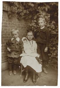 Portret van Jan Hendrik van Neerbos (1904-...), Christina Wilhelmina van Neerbos (1896-...) en Johannes Fransiscus van Neerbos (1899-...)
