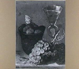 Moerbeien in lakwerk kom, druiventros en wijnglas à la façon Venise