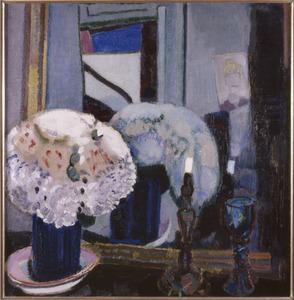 Stilleven met bloemen, kandelaar en glas voor spiegel