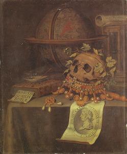 Vanitasstilleven met gelauwerde schedel op omgekeerde kroon en prent van Augustus op een gedekte tafel