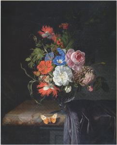 Bloemen in een glazen vaas op een marmeren tafelblad met een paars tapijt en een vlinder