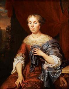 Portret van een vrouw in een rode jurk en met een gouden ketting
