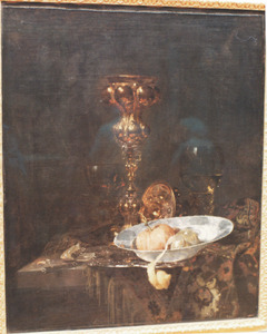 Stilleven met akeleibeker, porseleinen schotel met vruchten en glaswerk