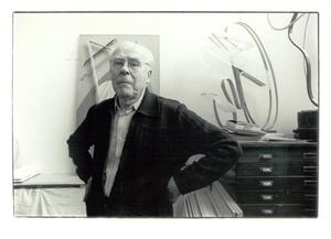Portret van César Domela in zijn atelier