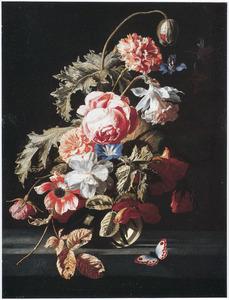 Bloemen in een glazen vaas op een stenen blad