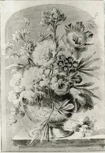 Bloemstilleven in een vaas, versierd met een putto, op een marmeren tafel in een nis
