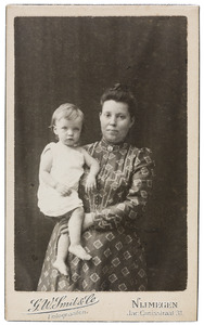 Portret van Antonia Christina Regina Reijckers (1864-1951) en een kind