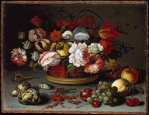 Bloemen in een mand, schelpen en vruchten op een stenen plint