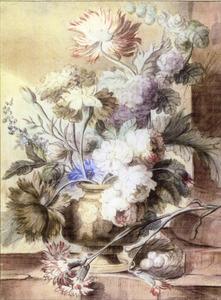 Bloemstilleven in een vaas versierd met putti op een balustrade; rechts daarvan een zuil met aan de voet een vogelnest