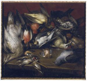 Jachtstilleven met divers gevogelte op een houten tafel tegen een rode achtergrond