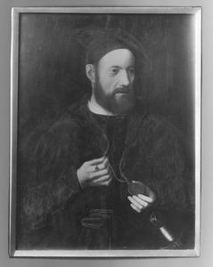 Portret van een man met halsketting en medaille