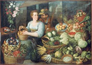 Jonge vrouw en man met kruik in een marktstal met uitstalling van groenten en vruchten