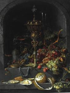 Stilleven met vruchten en een pronkbeker in een nis