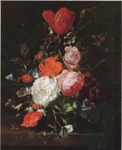Bloemen in een glazen vaas, met vlinders en andere insecten, op een marmeren plint