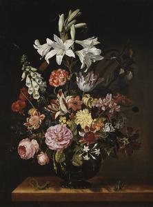 Bloemen in een glazen vaas, met een hagedis ern een sprinkhaan, op een tafel