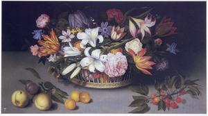 Bloemstilleven in een rieten mand met daarvoor losse vruchten