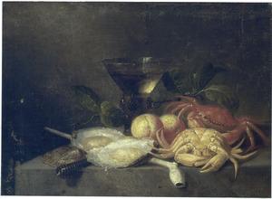 Stilleven met oesters, krabben, een pijp en een roemer