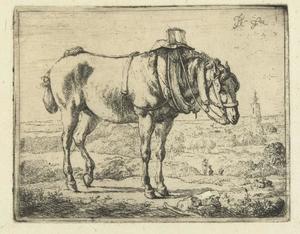 Paard opgetuigd als werkpaard