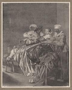 Elegant rokend paar en een oude vrouw in een interieur