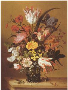 Bloemen in een glazen beker, met een hagedis, sprinkhaan en slak, op een stenen plint