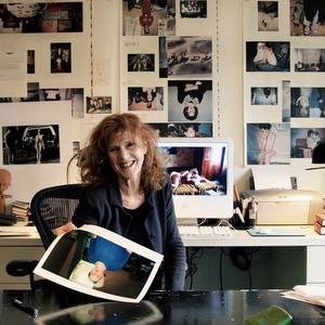 Portret van Bertien van Manen in haar atelier