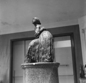 Het atelier van Antoine Bourdelle met een brons van een beeldhouwster in ruste