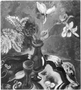 Bloemstilleven met wijnglas op tafel