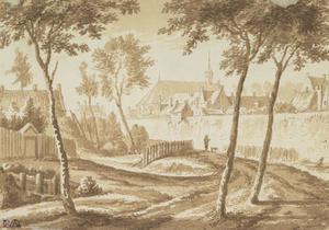 Gezicht op de stadsmuur van Utrecht vanaf de weg langs de Stadsbuitengracht, met achter de wal het Servaasklooster
