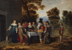 Elegant gezelschap rondom gedekte tafel met een formele tuin op de achtergrond