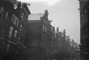 Gezicht op vermoedelijk de Haarlemmerstraat te Amsterdam