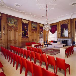 Raadzaal in rococo-stijl met portretten van Oranje vorsten en vorstinnen, zes grisailles en vier bovendeurstukken met allegorische voorstellingen