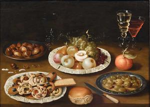 Stilleven met koekjes, vruchten, kastanjes en glaswerk