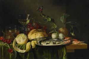 Stilleven met een gesneden haring op een tinnen bord, diverse garnalen, een citroen, een broodje, druiven, kersen en twee glazen op een tafel met daarboven een vlinder