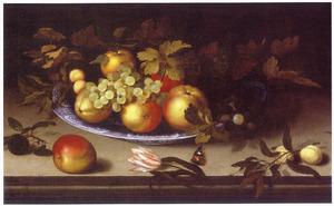 Stilleven met vruchten op een porceleinen schaal