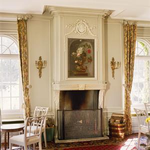Neoclassicistische schoorsteenboezem met bloemstilleven
