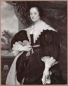 Portret van een vrouw, staande voor een doorkijk naar een landschap